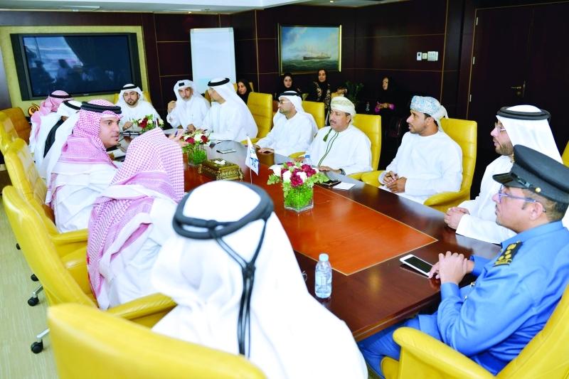 الصورة : ■ خلال الاجتماع الموسع بين فريق الزيارات الفنية وجمارك دبي  |  البيان