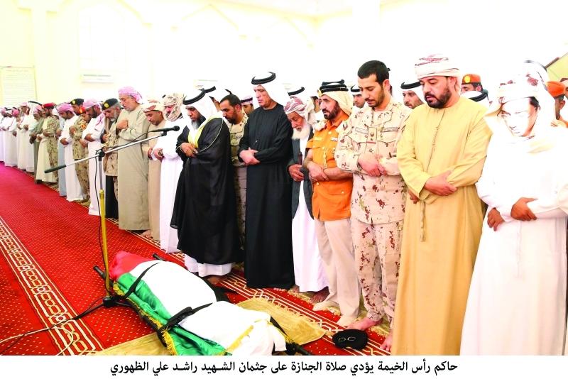 سعود بن صقر وجموع المواطنين يؤدون صلاة الجنازة على الشهيد راشد الظهوري