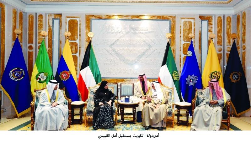 الصورة : أمير الكويت خلال استقباله أمل القبيسي | وام