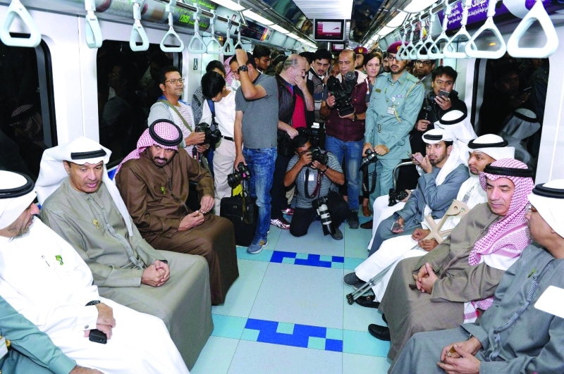 الصورة : حسين لوتاه وراشد المطروشي وعدد من المسؤولين خلال تنقلهم عبر مترو دبي | من المصدر