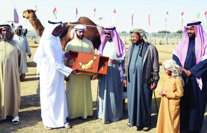 ■ سلطان بن زايد خلال تكريم صاحب المركز الأول في مسابقة المحالب  |  البيان