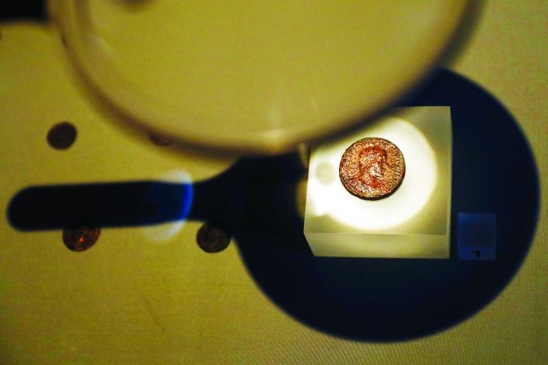 الصورة : ■ .. وقطعة نقدية تعود للعصر الروماني   |  رويترز