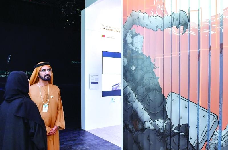 ■ محمد بن راشد خلال زيارة معرض الحكومات الخلاقة الذي تستضيفه القمة العالمية للحكومات     تصوير: محمد هشام