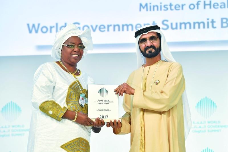الصورة : محمد بن راشد لدى تكريمه حواء ماري بجائزة أفضل وزير في العالم | تصوير: سيف محمد