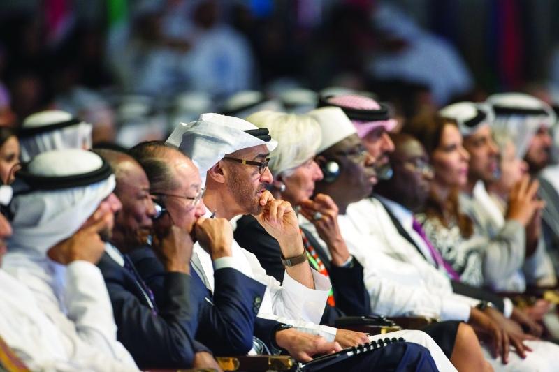 ■ محمد بن زايد وحمدان بن محمد وعمار النعيمي ومنصور بن زايد وهيا بنت الحسين والحضور خلال الجلسة