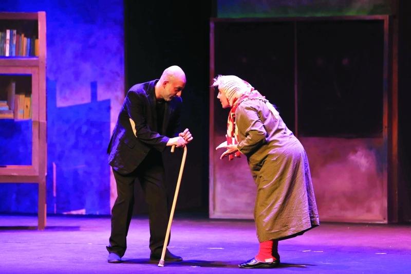 الصورة : مشهد من مسرحية «الكراسي» - تصوير عبد الحنان مصطفى