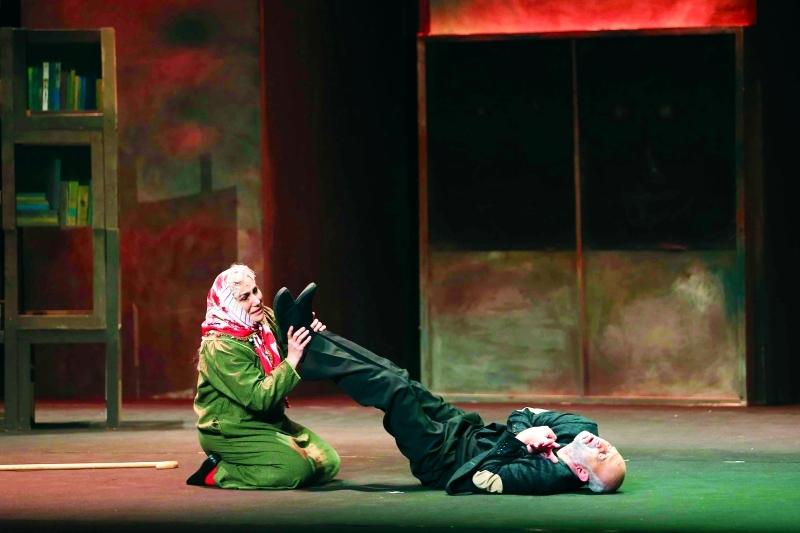 مشهد من مسرحية «الكراسي» - تصوير عبد الحنان مصطفى