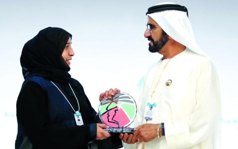 الصورة: الصورة: محمد بن راشد يكرّم مريم الزيودي بجائزة الإمارات للمعلم المبتكر