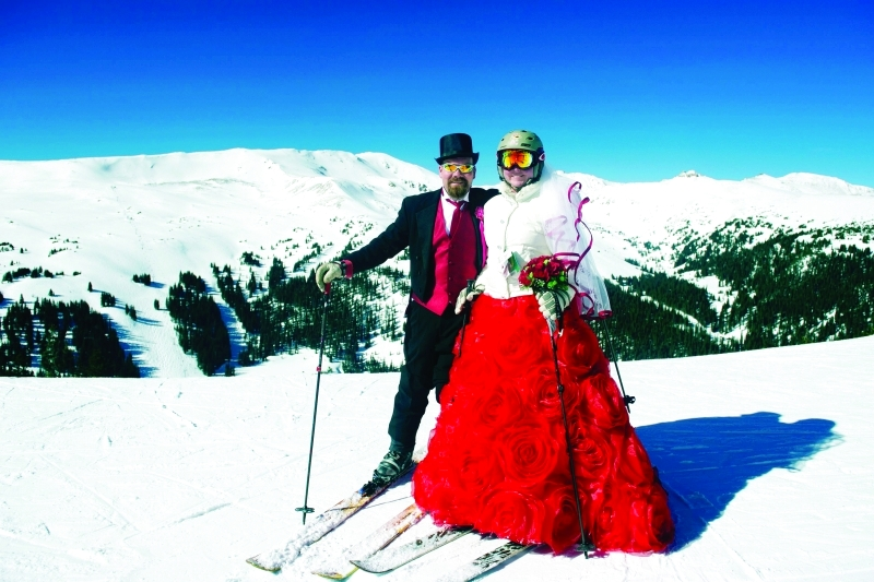 الصورة : ■ متزلجان يحتفلان بذكرى زواج في منطقة تزلج بكولورادو      إ ف ب