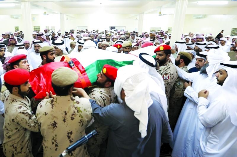 الصورة : ضباط وأفراد القوات المسلحة يحملون جثمان شهيد الوطن