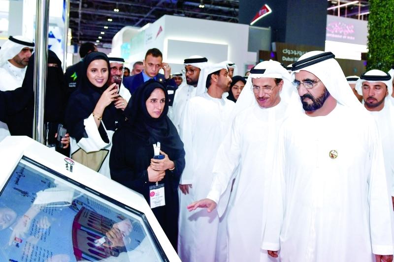محمد بن راشد متفقداً أجنحة المعرض بحضور سلطان المنصوري وسلطان السبوسي