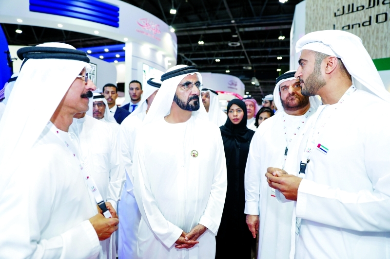 نائب رئيس الدولة متفقداً أجنحة المعرض بحضور سلطان بن سليم وعبد الله الشيباني
