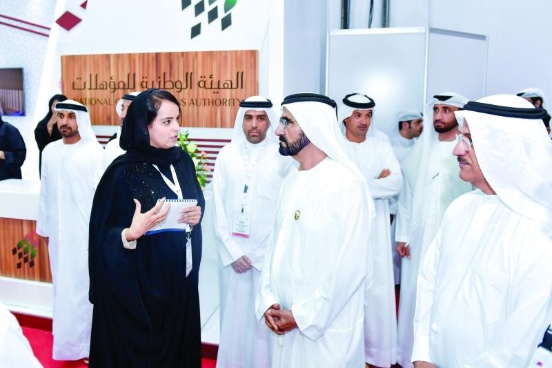محمد بن راشد مستمعاً إلى شرح عن مبادرات كهرباء دبي بحضور سلطان المنصوري ومحمد الشيباني وهلال المري وخولة المهيري