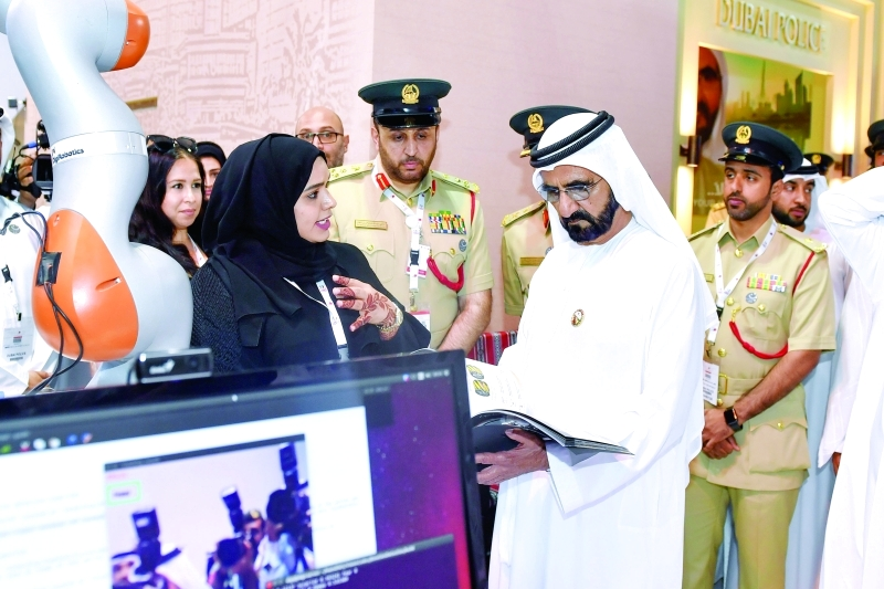 نائب رئيس الدولة متفقداً جناح شرطة دبي