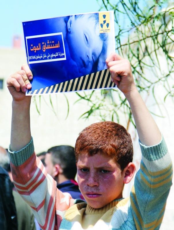 Ⅶ طفل سوري يرفع لافتة منددة بالهجوم الكيماوي على خان شيخون |   أ.ف.ب