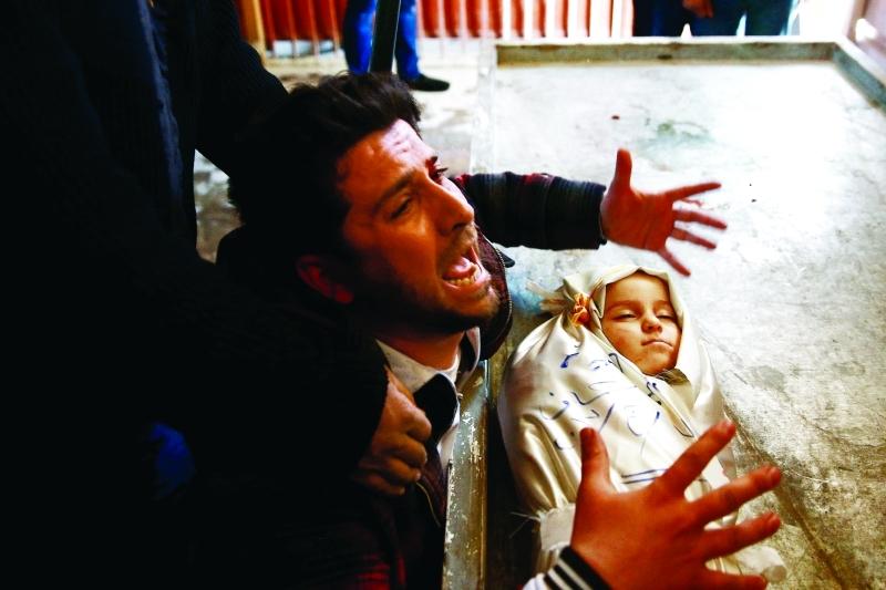 أب يبكي طفله الذي قتل في جريمة جديدة للنظام السوري بقصف دوما | رويترز