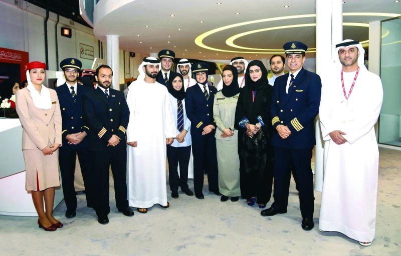 Ⅶ  سموه في صورة جماعية مع فريق جناح طيران الإمارات في المعرض
