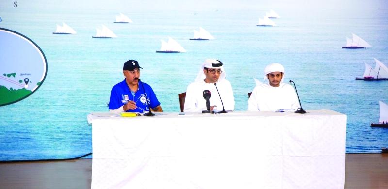 ■ اللجنة المنظمة خلال اجتماعها مع المشاركين في السباق  | البيان