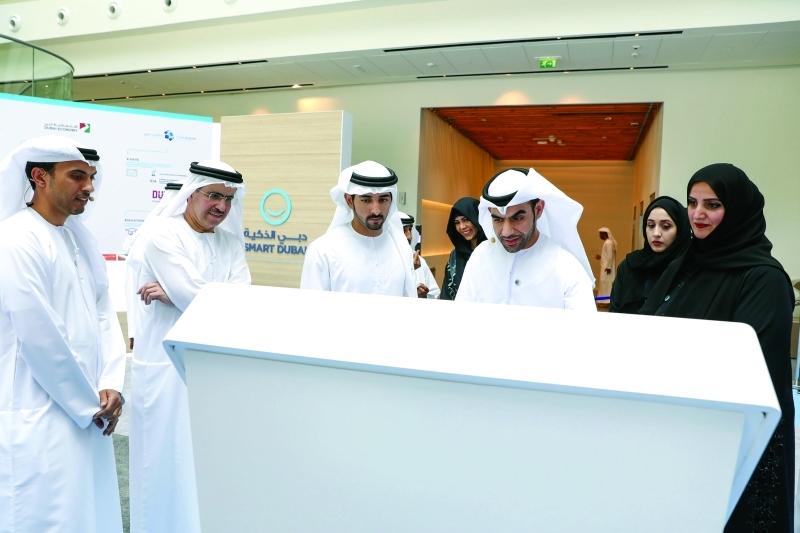 حمدان بن محمد يتعرف على أهداف خطة دبي الذكية بحضور لطيفة بنت محمد وسعيد الطاير وعائشة بن بشر