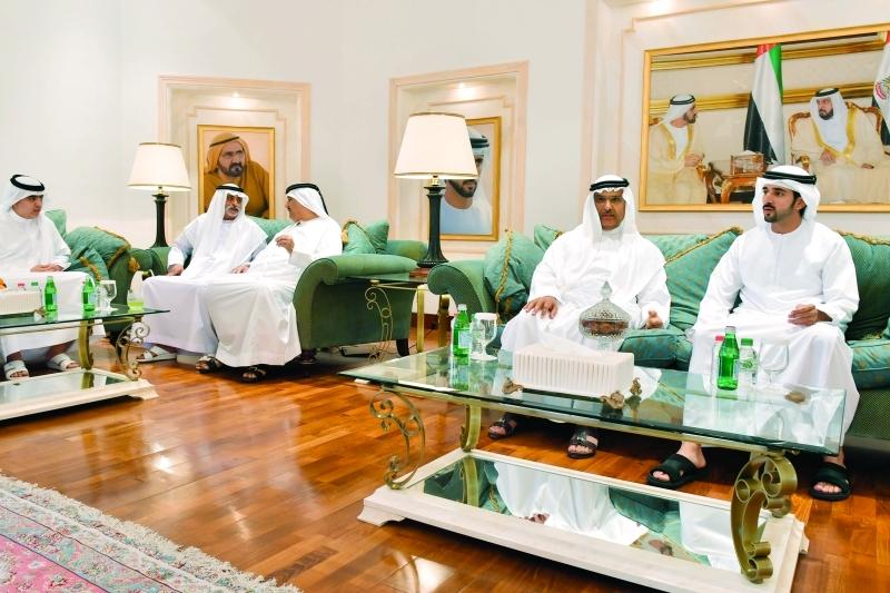 ولي عهد دبي ونهيان بن مبارك وأحمد الطاير خلال العزاء