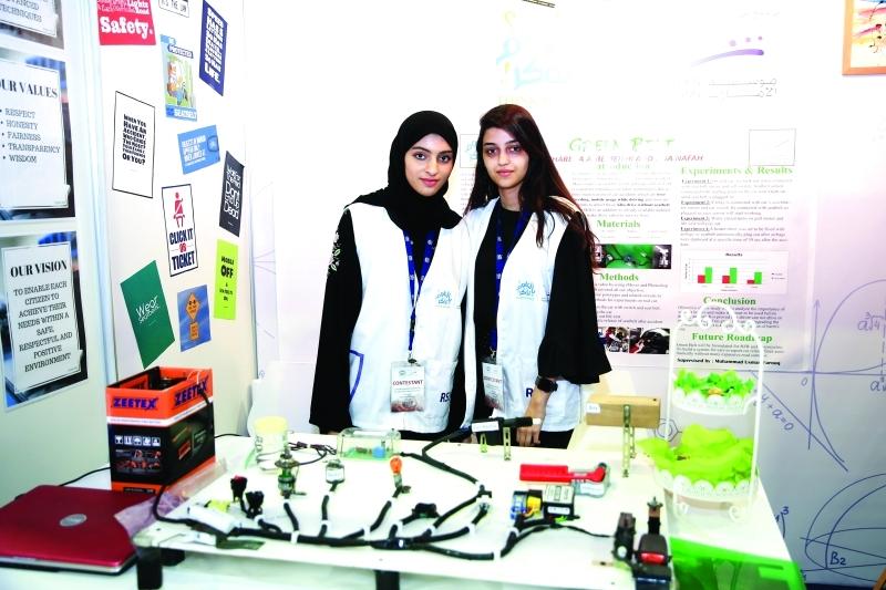 ■ الطالبتان المبتكرتان لمشروع «الحزام الأخضر»