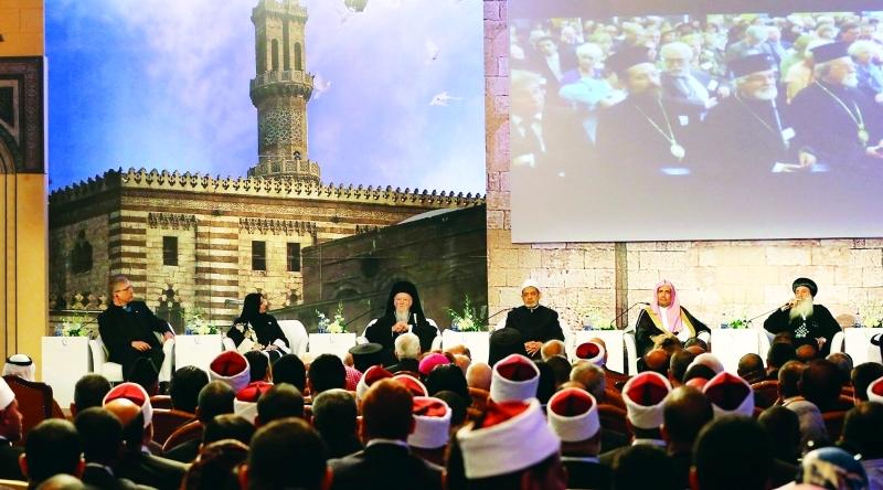 شيخ الأزهر يتوسط المتحدثين في مؤتمر الأزهر الشريف العالمي للسلام (إي بي إيه)