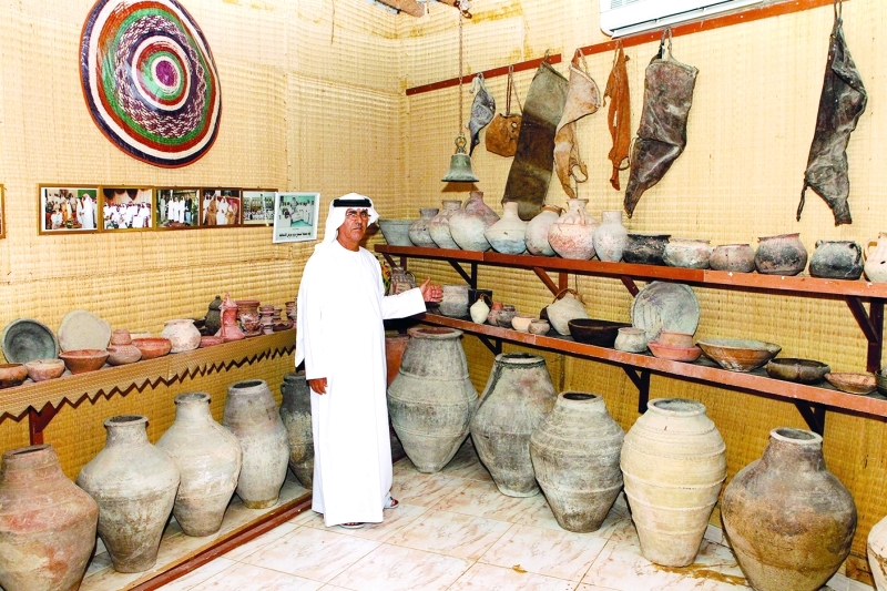 الصورة : ■  رئيس جمعية الشحوح يستعرض المقتنيات الأثرية في استراحة عين خت