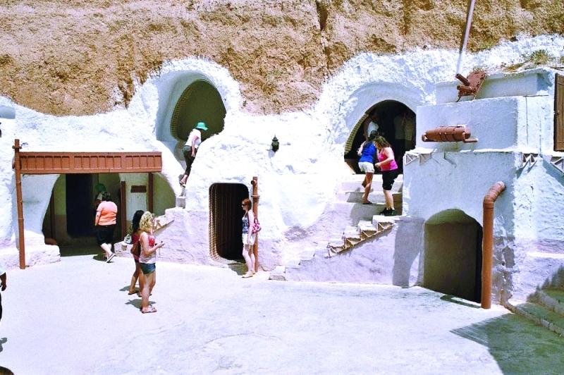 الصورة : ■ مساكن الكهوف في مطماطة لا تزال محطة جذب سياحي  |  من المصدر