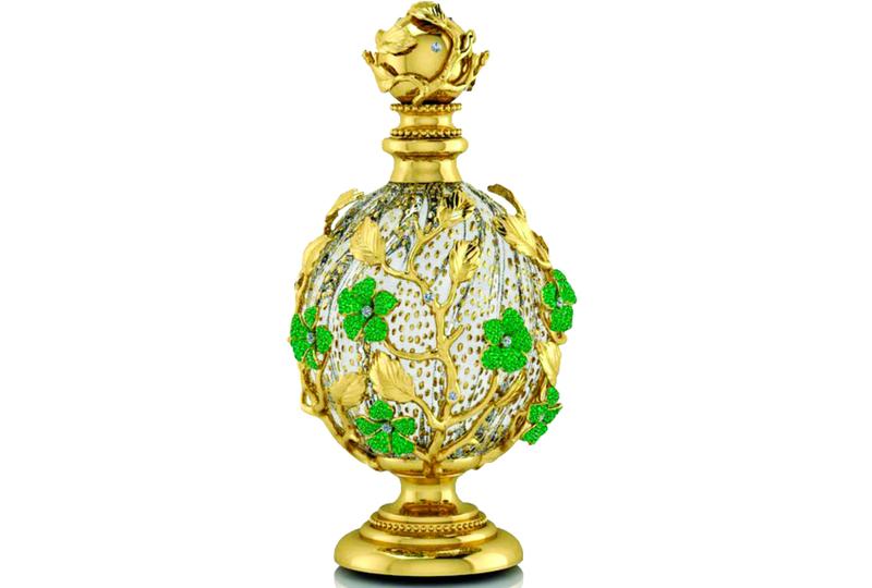 d543995fb زجاجة عطر تفوح منها رائحة الذهب والأحجار الكريمة في دبي - البيان