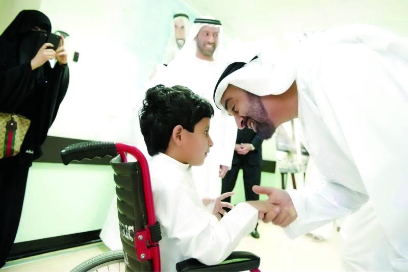 الصورة : محمد بن زايد في حديث أبوي مع أحد الأطفال من أصحاب الهمم | أرشيفية