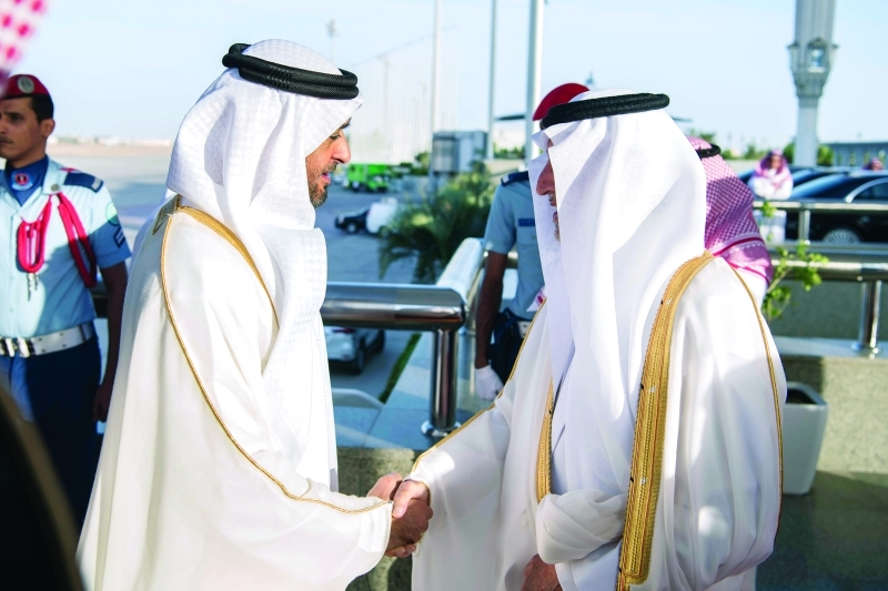 الصورة : ■ محمد بن زايد لدى وصوله إلى الرياض وفي استقباله خالد الفيصل
