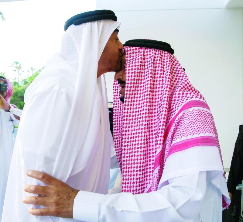 الصورة : ■ محمد بن زايد في حديث مع خادم الحرمين   |  تصوير: محمد الحمادي وحمد الكعبي