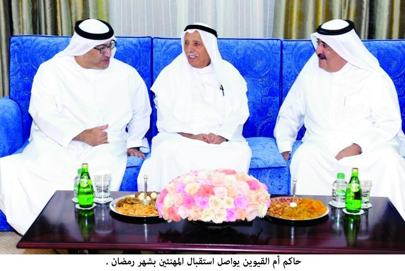 الصورة : سعود المعلا يتقبل التهاني من عبدالرحمن العويس وجمعة الماجد