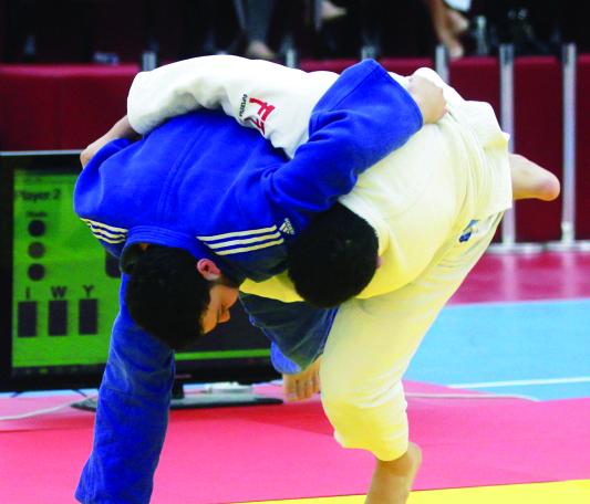 الصورة : ■ منافسة ساخنة في نزالات الجودو بأولمبياد الضباط     البيان