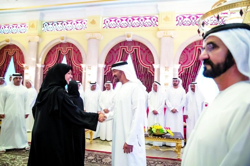 ■ بحضور محمد بن راشد.. محمد بن زايد مصافحاً ريم الهاشمي