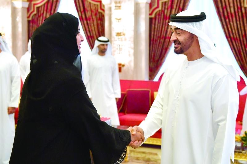 محمد بن زايد مصافحاً هدى الهاشمي