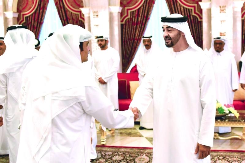 محمد بن زايد يصافح سامي القمزي