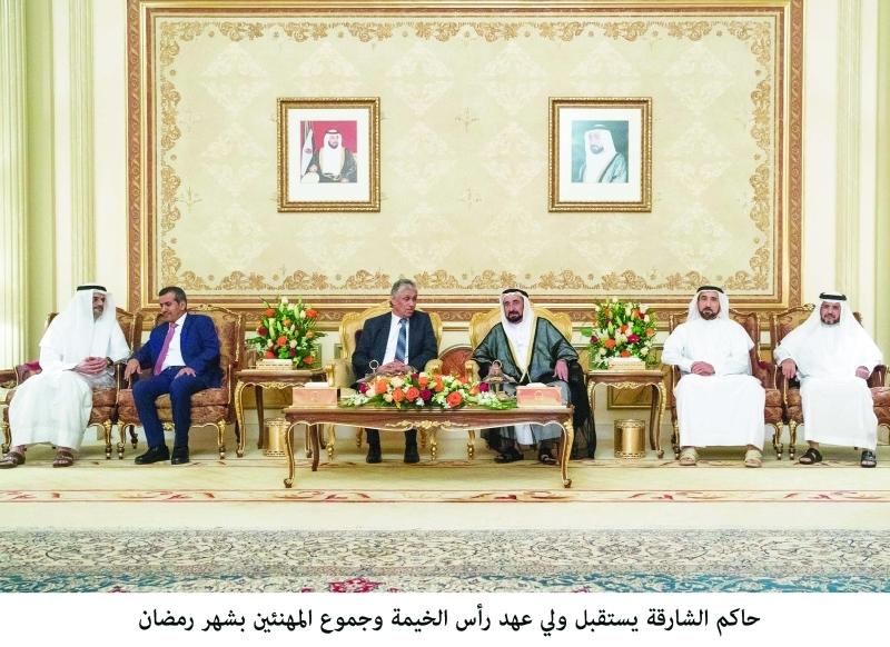 الصورة : حاكم الشارقة وسلطان بن محمد بن سلطان يتلقيان تهاني سيف الشعفار والسفراء