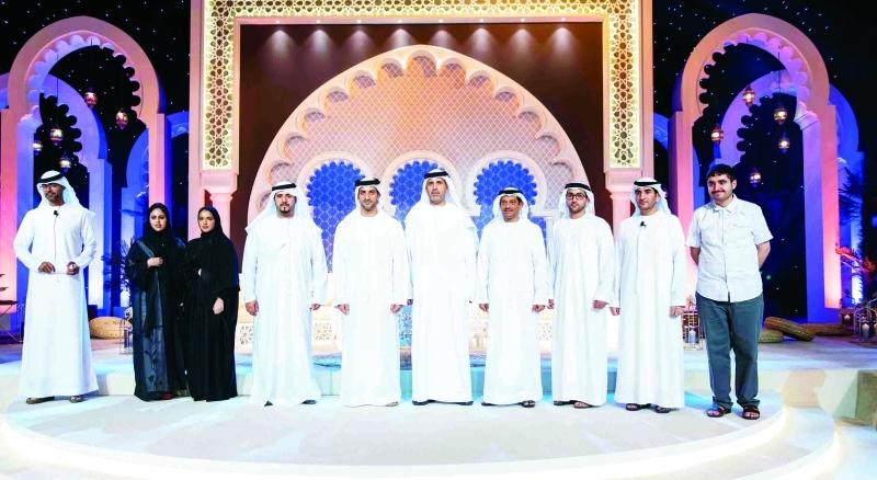 ■  سلطان بن أحمد القاسمي يتوسط عدداً من المتحدثين بمجلس وزارة الداخلية للشباب في الشارقة   | من المصدر