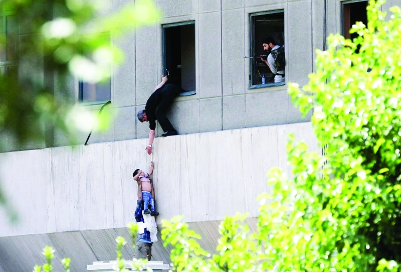 الصورة : محاولات لإجلاء بعض المتواجدين في المبنى