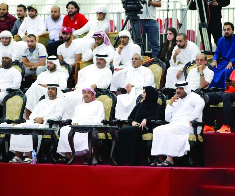 الصورة : ■  محمد هلال الكعبي يتوسط اللجنة المنظمة في البطولة