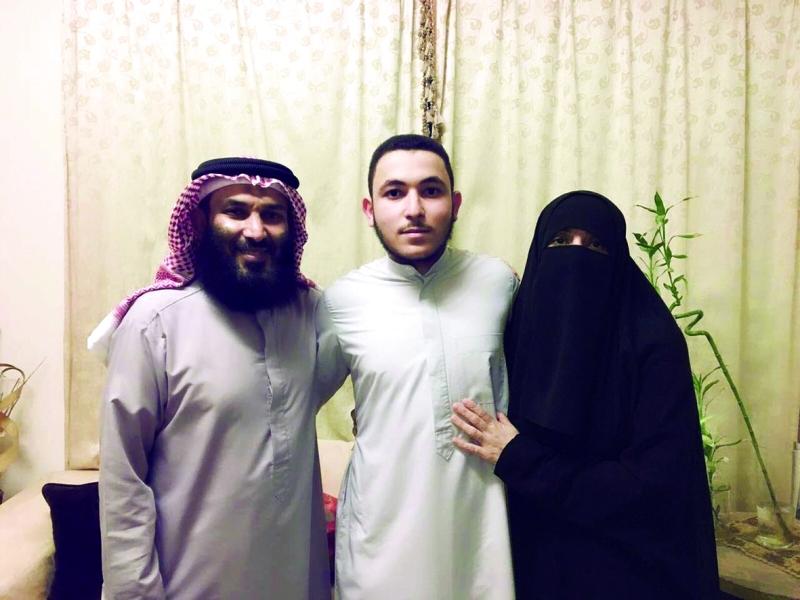 ■ صهيب أبو شاويش ووالداه
