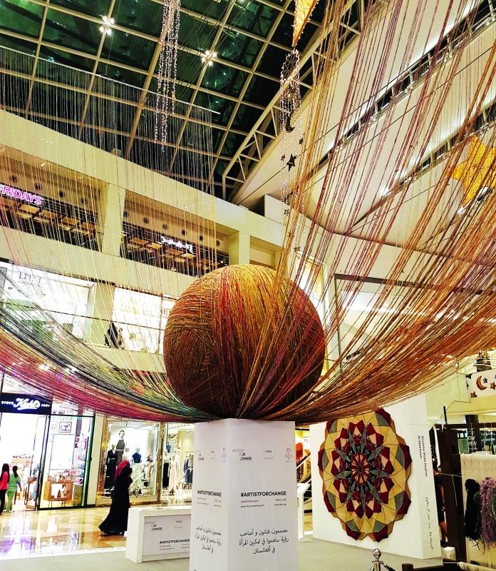 الصورة : كرة صوف ضخمة يبلغ قطرها نحو 3 أمتار في قلب دبي فستيفال سنتر   من المصدر