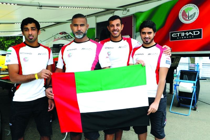 الصورة : ■ أعضاء فريق أبوظبي جاهزون للتحدي  |  البيان