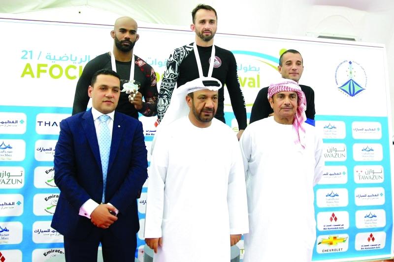 الصورة : ■ محمد هلال الكعبي ومحمد سالم الظاهري مع الفائزين  |  البيان