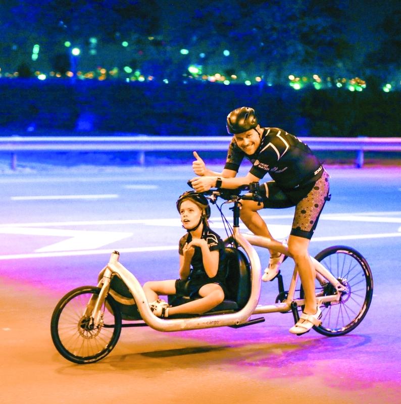الصورة : ■ الطفل ريو مع والده أثناء السباق
