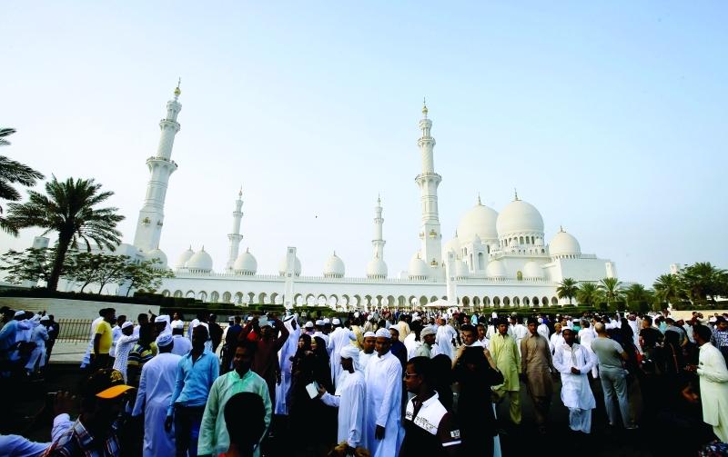 الناس يتوافدون للمسجد من كل حدب وصوب  تصوير مجدي اسكندر