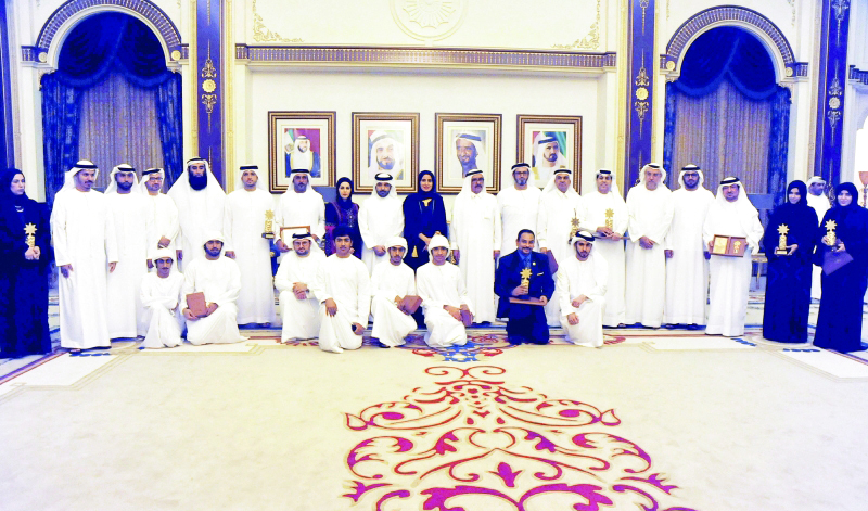 الصورة : ■  حمدان بن راشد يتوسط الفائزين بجائزة وطني الإمارات للعمل الإنساني بحضور ضرار بالهول     وام