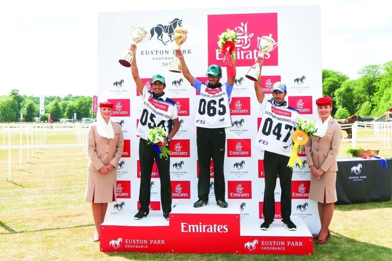 الصورة : Ⅶ  أبطال سباق 120 كم على منصة التتويج