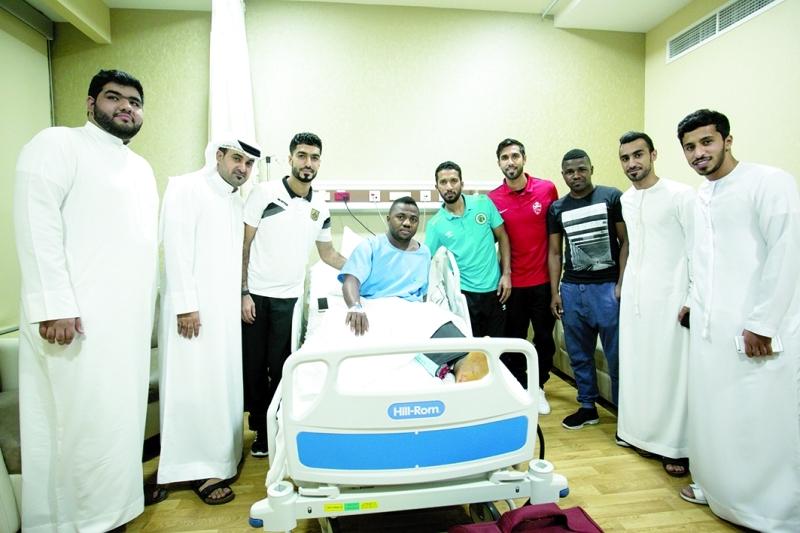 ■  جانب من زيارة وفد شباب الأهلي- دبي للاطمئنان على إسماعيل الحمادي   |   البيان